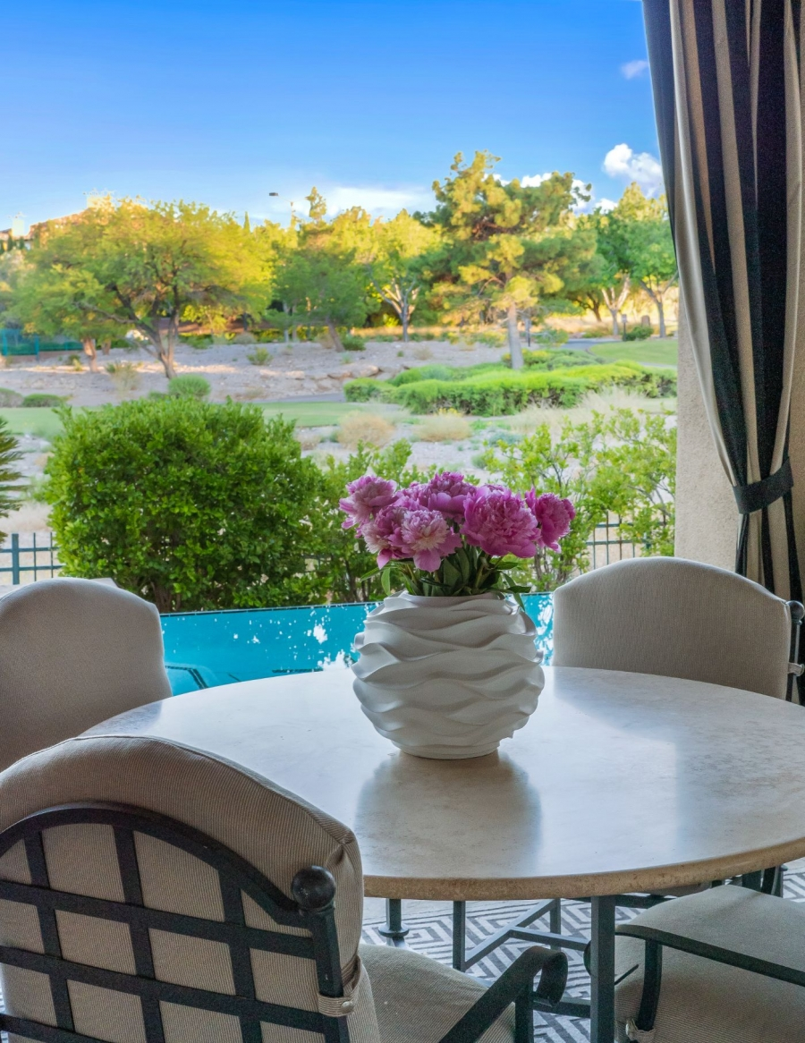 1820 Glenview Drive | POOLSIDE DINING