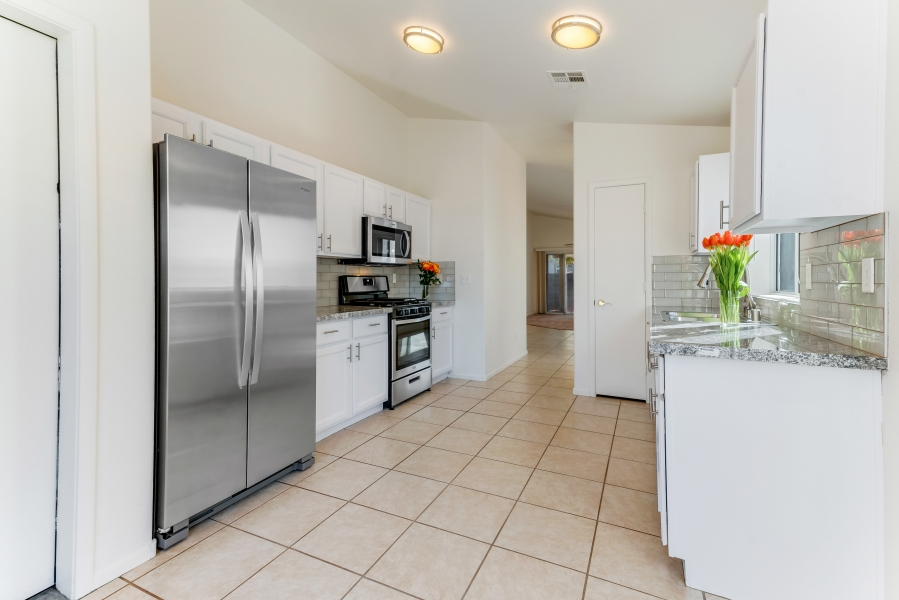 7629 Buckskin Avenue | STAINLESS STEEL AND GRANITE